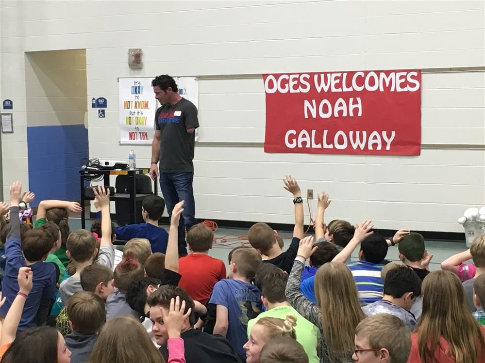 Noah Galloway talking with the students.